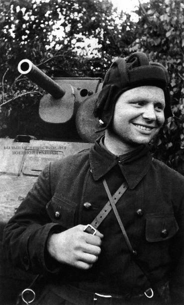 Танкист Веденеев в первый месяц боев уничтожил семь вражеских танков.