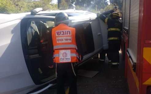 אם ובתה נפצעו בינוני וקל בהתהפכות רכבם בסמוך לתחנת משטרת צפת