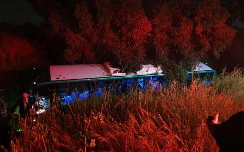 בנס הסתיים ללא נפגעים: אוטובוס ירד לתעלה במשך עשרות מטרים בכביש 6 – הנוסעים פצחו בשירה והודיה