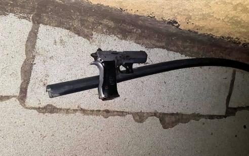"""לאחר מרדף משטרתי נעצרו """"על חם"""" ארבעה חשודים בביצוע ירי לעבר גבר שנפצע ברמלה"""