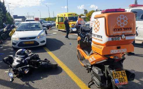 שלושה נפגעים בתאונה עם מעורבות שני כלי רכב ושני אופנועים בכביש 20