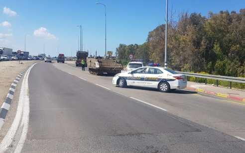 צומת אמונים: גרר שהוביל כלי רכב צבאים השמיט על הכביש נגמש – נתיב אחד נחסם