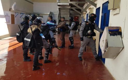 """מחבל מארגון דעא""""ש ניסה לדקור קצין ונשך קצין נוסף בכלא אשל"""