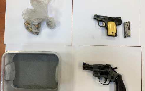 מעבדת סמים ואמצעי לחימה בפתח תקוה: בן 26 נעצר בחשד לגידול מעבדה והחזקת אקדחים