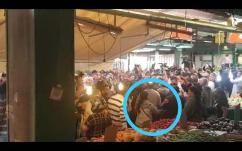 """תיעוד: לצד קריאות """"ביבי מלך ישראל"""" ו""""היידה שרה"""" – אישה זורקת עגבנייה לעבר ראש הממשלה בשוק התקווה בתל אביב"""