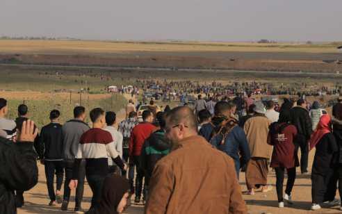 כ- 7,000 מתפרעים בגבול עזה – המחבלים משליכים מטענים ומנסים לחבל בגדר