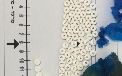 סוהרי שב״ס הצילו את חייו של אסיר פלילי שבתוך גופו התגלו 4 חבילות של חומר חשוד כסם