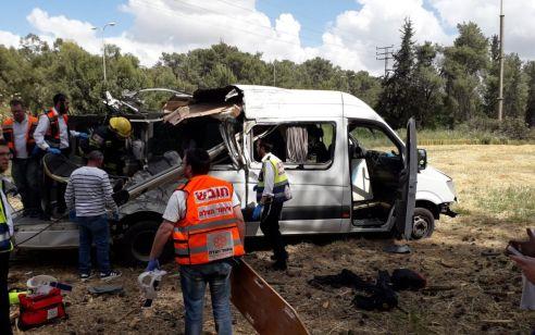 התאונה בכביש 443: נהג רכב ההסעות נעצר וחשוד בגרימת מוות ברשלנות, נהיגה בקלות ראש וסטייה מנתיב הנסיעה