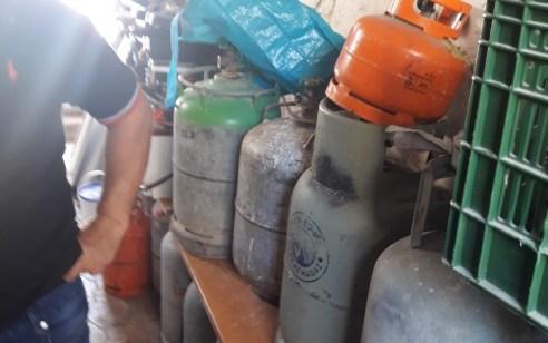 נחשף מצבור של עשרות בלוני גז בלב שכונת מגורים בעכו – עוכב חשוד בסחר בהם באופן המסכן את בטחון הציבור