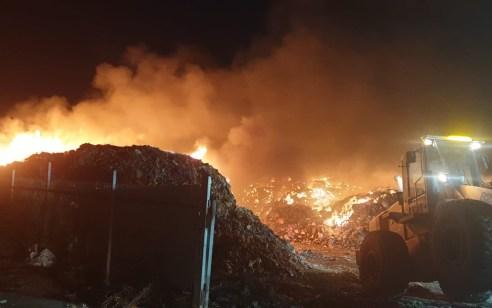 שמונה צוותי כיבוי פועלים בשריפת מזבלה בעין מאהל שמסכנת יער סמוך