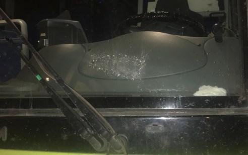 מחבלים יידו אבנים הלילה לעבר אוטובוס סמוך לקריית ארבע. בנס אין נפגעים, נזק נגרם לשמשה.