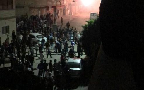 צפו: במהלך קטטה בין שתי משפחות בהשתתפות מאות מעורבים בכפר מנדא, נורו זיקוקים בכינון ישיר, הושלכו אבנים והוצתו רכבים – 16 מעורבים נעצרו