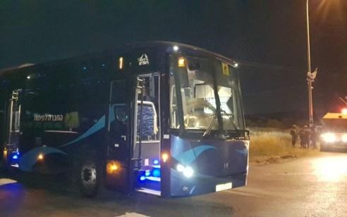 """תיעוד מתוך האוטובוס: 4 נפגעות חרדה טופלו לאחר שמחבלים השליכו 2 בקת""""בים לעבר אוטובוס סמוך לצומת ה T"""