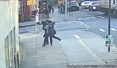 פשע שנאה: אברך חסידי בוויליאמסבורג הותקף באמצע הרחוב ליד רחוס מרסי