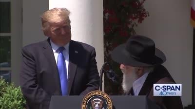 טראמפנפגש בבית הלבן עם הרב ישראל גולדשטיין שנורה ונפצע במהלך פיגוע הירי בבית הכנסת