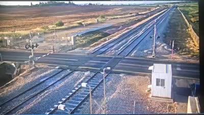 צפו: פרץ לשטח מסילה וחמק מפגיעת רכבת ברגע האחרון