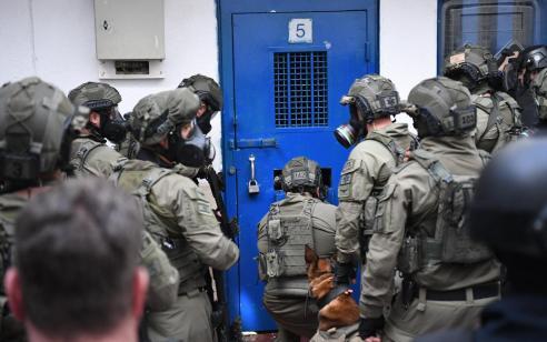 """אסיר ביטחוני בבית סוהר ״שקמה״ המזוהה עם דאע""""ש תקף סוהרים בזמן שהוצא מתאו"""