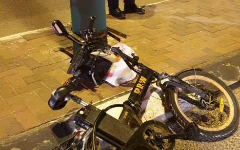 רוכב אופניים חשמליים נפגע מרכב בבני ברק – מצבו קשה
