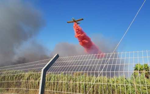רמת בית שמש: שישה צוותי כיבוי וארבעה מטוסים פועלו בשריפה גדולה שאאימה על בתים