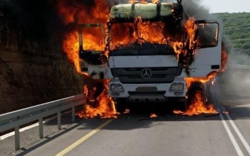 שלושה צוותי כיבוי פועלים בשריפת משאית בעליות לקציר – אין נפגעים