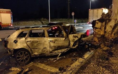 נהג רכב נפצע קשה הלילה לאחר שהתנגש בעץ ורכבו עלה באש בנהריה