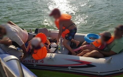 חולצו בהצלחה שני מבוגרים וארבעה ילדים שיצאו לשיט על גבי סירת גומי בכנרת, נסחפו ברוח ונותרו בלי יכולת לחזור לחוף במרחק של כ-1000 מטרים ממנו