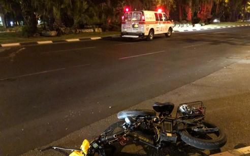 רוכב אופניים חשמליים נפגע מרכב בתל אביב – מצבו בינוני