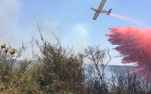 ציוותי כיבוי ומטוסים פעלו לכיבוי שריפת חורש גדולה סמוך לישוב יערה – קו ראשון של בתי הישוב פונה