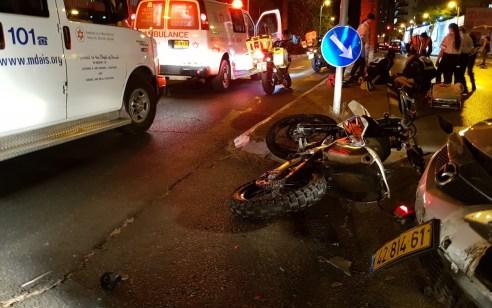 רוכב אופנוע בן 27 התנגש ברכב בחולון – מצבו בינוני