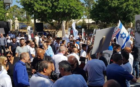 """13 יום לסגירת שדה דב: מאות מפגינים מול בית רה""""מ – """"שדה דב, צינור החמצן של אילת – אל תנתקו אותו"""""""