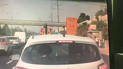 שוב כמעט אסון: משאית פגעה בגשר הולכי רגל בר אילן – צפו בתיעוד