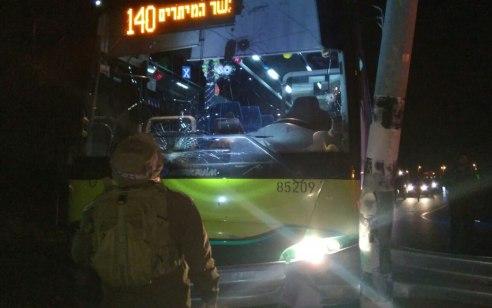 חוליית מחבלים שהשליכו בקבוקי תבערה לעבר אוטובוס בכביש המנהרות נתפסו על חם