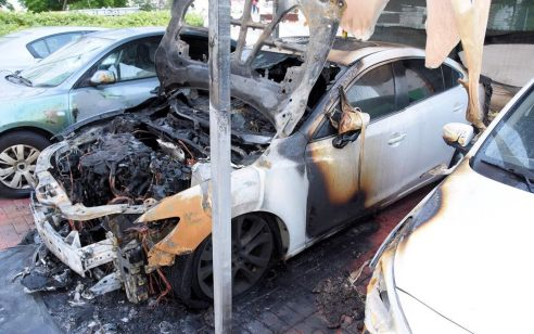 """הותר לפרסום: נעצרו 3 חשודים בניקוב צמיגים והצתת 2 רכבים של עורך דין בת""""א"""