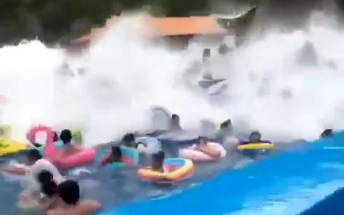 עשרות נפצעו בתאונה ביזארית בבריכת גלים בסין