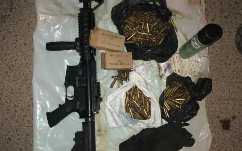 נתפס נשק ומאות כדורים שהוסלקו ברכב בו נסעו נשים וילדים – 2 נשים נעצרו וחשוד נוסף הסגיר את עצמו