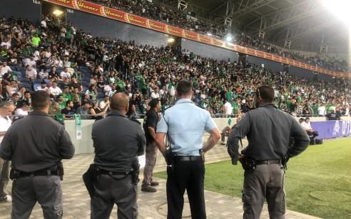 תושב בנימינה בן 33 נעצר הערב באצטדיון סמי עופר בחשד ששיגר זיקוק ביציע ופצע אוהד אחר כבן 17
