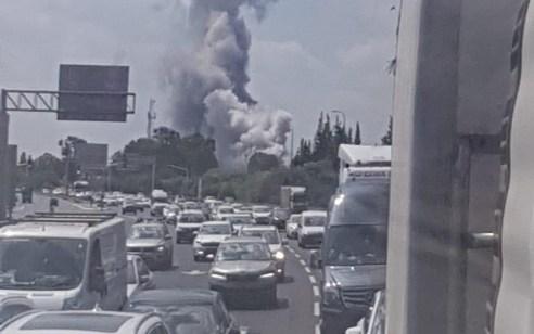 """צפו: פיצוץ ועשן מיתמר במפעל תע""""ש ברמת השרון – אין נפגעים"""