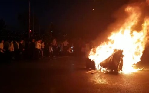 תל אביב: נעצר חשוד בהצתת רכב בעזריאלי – תיעוד