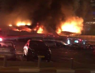 שריפה פרצה בבניין נטוש בתל אביב –  עוכב במקום דר רחוב שנבדק האם קשור לשריפה
