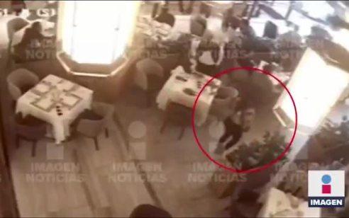 קמה מהכסא, מחפשת את הקורבנות ויורה: צפו בתיעוד רגע הירי אמש במקסיקו לעבר העבריין בן סוטחי ואלון אזולאי