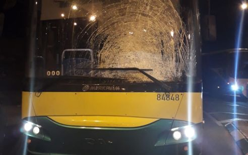 טרור האבנים: נהג אוטובוס נפצע קל מזריקת אבנים בין חיזמא לענתות