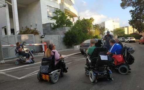 עשרות נכים מפגינים מול ביתו של שר האוצר משה כחלון