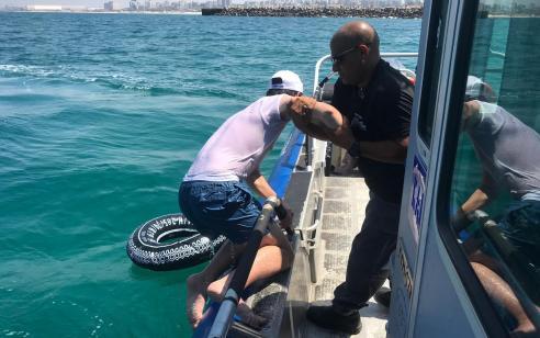 שוטרי יחידת השיטור הימי של משטרת ישראל חילצו צעיר בן 15 שנסחף על גבי אבוב מול חופי אשדוד