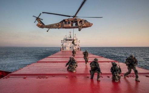 צפו: שייטת 13 ו״אריות הים״ האמריקניים תרגלו השתלטות על ספינת נשק