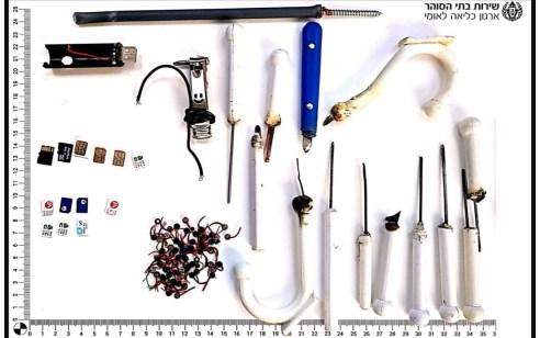 במהלך חיפושי פתע בכלא עופר נתפסו 3 מכשירי טלפון מוסלקים, כרטיסי סים, כרטיסי זכרון ודוקרנים מאולתרים