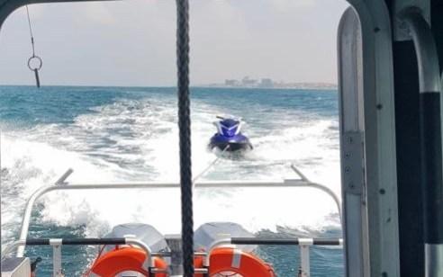 צפו: 2 רוכבי אופנוע ים שעמד להתנפץ על סלעים בחוף הצוק בתל אביב חולצו בשלום