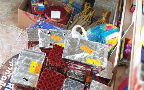 תיעוד: נעצר חשוד שהסליק בחדר נסתר בחנות שלו באום אל פאחם – אלפי קופסאות סיגריות מוברחות ומאות זיקוקים מסוכנים