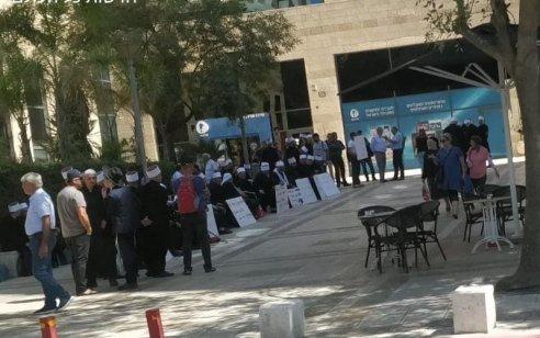 עשרות דרוזיים מפגינים מול משרדי מנהל התכנון בירושלים נגד תוכנית לבניית 31 טורבינות על אדמותיהם החקלאיות