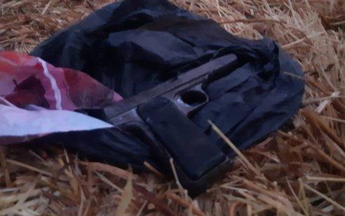 תיעוד: אקדח ונשק מאולתר מסוג קרלו אותרו בביתו של חשוד בסחר באמצעי לחימה בכפר סמוע