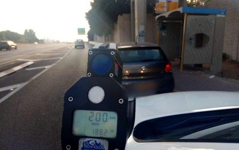 """נהג נתפס בכביש 2 במהירות 200 קמ""""ש – בכביש בו הנסיעה מותרת היא 90 קמ""""ש"""